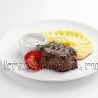 Говядина с картофельным пюре и соусом Фото
