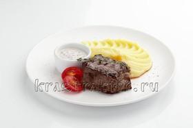 Говядина с картофельным пюре и соусом - Фото