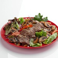 Теплый салат с говяжьей вырезкой Фото