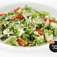 Греческий салат с соусом песто Фото