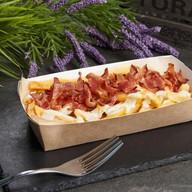 Картофель фри с беконом и соусом Фото