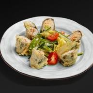 Салат с темпурным роллом Фото