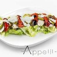 Салат с печеными овощами и куриным филе Фото
