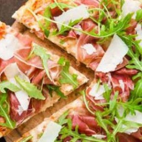 Пицца с хамоном и рукколой - Фото