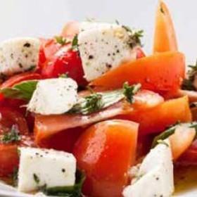 Салат из розовых помидоров и сыра - Фото