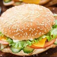 Куриный чизбургер с сырным соусом Фото