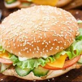 Куриный чизбургер с сырным соусом - Фото