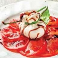 Буррата с розовыми помидорами Фото