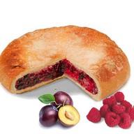 Пирог со сливой и малиной Фото