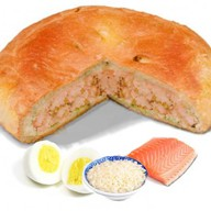 Пирог с лососем рисом и яйцом Фото