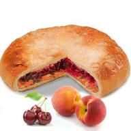 Пирог с вишней и персиком Фото