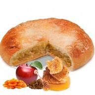 Пирог с яблоком, курагой и изюмом Фото