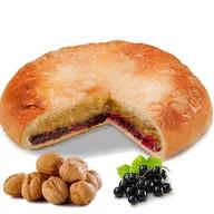 Пирог с орехом и чёрной смородиной Фото