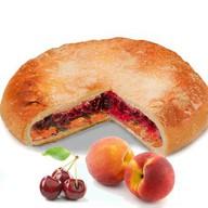 Постный пирог с вишней и персиком Фото