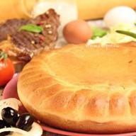 Пирог пицца с говядиной Фото