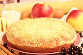 Пирог с яблоком и черноплодной рябиной - Фото
