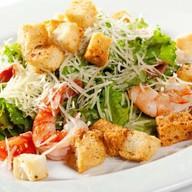 Цезарь салат с королевской креветкой Фото