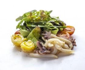 Салат из кальмаров и осьминожек - Фото