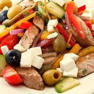 Греческий с курицей салат Фото