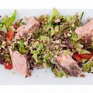 Салат с копченым лососем и авокадо Фото