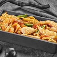 Удон с креветкой и курицей в соусе Чили Фото