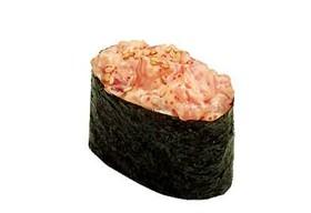 Гункан с копченым лососем спайс - Фото