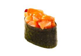 Гункан с лососем спайс - Фото