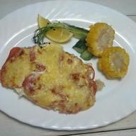 Судак приготовленный с помидорами, сыром Фото