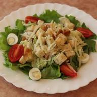 Цезарь с цыпленком гриль салат Фото