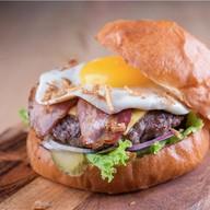 Бургер с глазуньей Фото