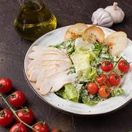 Цезарь с цыплёнком салат Фото