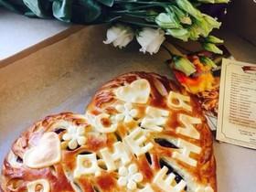 Пирог с брусникой и надписью - Фото