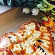 Пирог с брусникой и надписью Фото