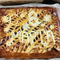 Пирог с яблоками и надписью Фото