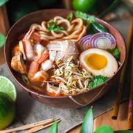 Рамэн том ям с морепродуктами Фото