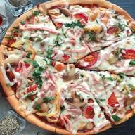 Пицца с ветчиной и грибами Фото
