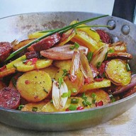Картофельная сковорода с колбасками Фото