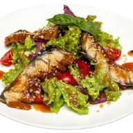 Салат с копчёным угрём Фото