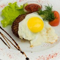 Бифштекс с яйцом Фото