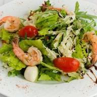 Салат с сыром моцарелла и креветками Фото