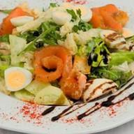 Салат микс с лососем и перепелиным яйцом Фото