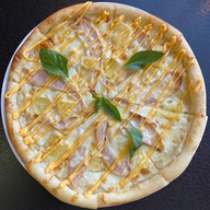 Пицца с ананасом и курицей Фото