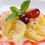 Жареные фрукты с лепестками арахиса Фото