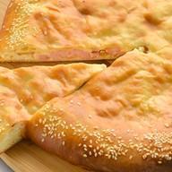 Осетинский с ветчиной, сыром и грибами Фото
