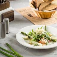 Салат со спаржей и беконом Фото