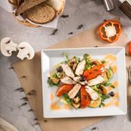 Салат с индейкой и манговым соусом Фото