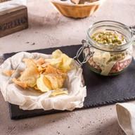 Мясной салат с фирменными чипсами Фото