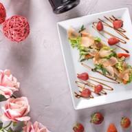 Салат с клубникой и индейкой Фото