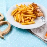 Шашлычок из цыпленка с картофелем фри Фото