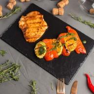 Стейк из курицы с овощами гриль Фото